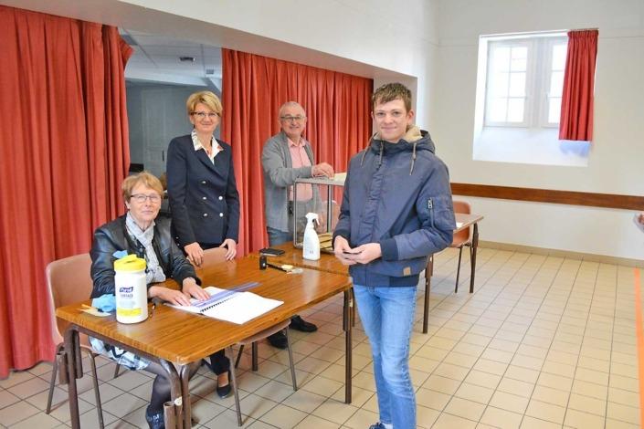Véronique Künkel, maire de la commune, de Danielle Danjou, 3e adjoint, Serge Heurtier-Guéguen, maire délégué de Ferrières et Théo Gohard, jeune électeur qui a voté pour la première fois.